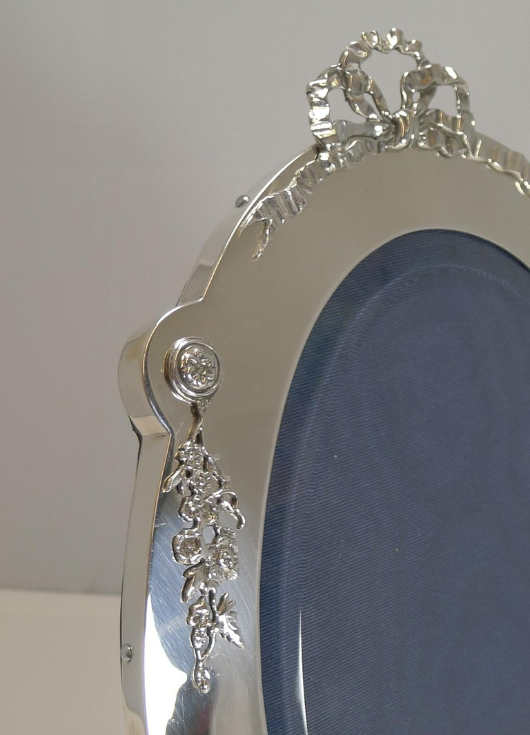 Grand Large Antique English Sterling Silver Photograph/Picture Frame, 1907 In Good Condition For Sale In London, GB