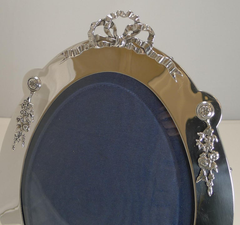 Grand Large Antique English Sterling Silver Photograph/Picture Frame, 1907 For Sale 1