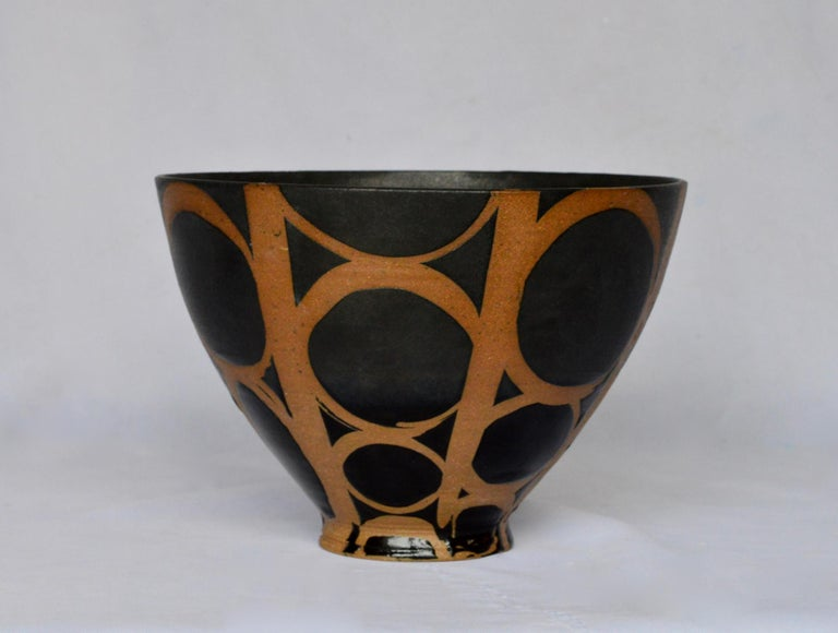 A glorious hand thrown studio Craft bowl by ceramics artist Liz Kinder. The Modernist vessel is of an outstanding shape and design, so very fresh and clean.