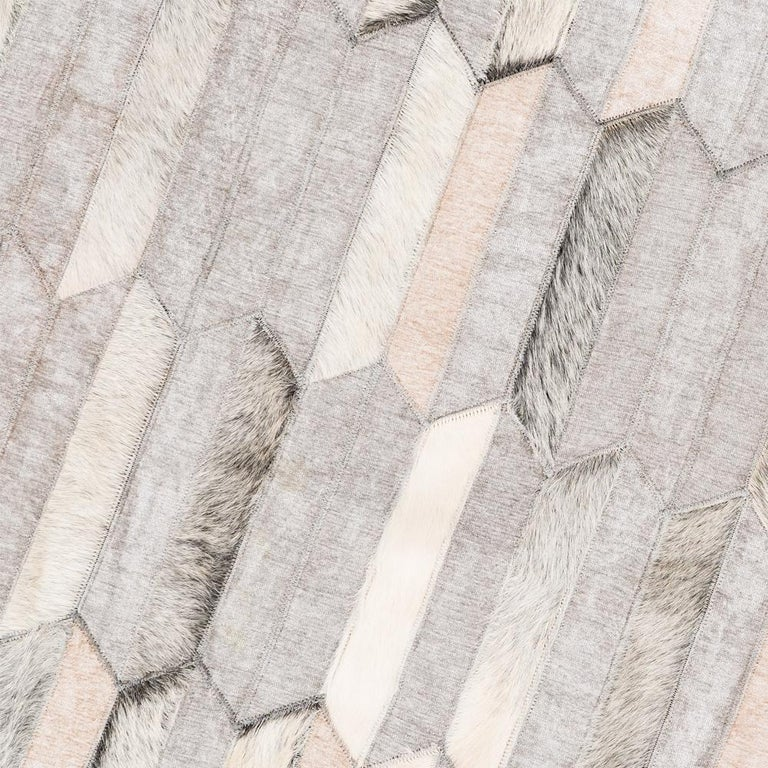 Machine-Made Gray and white customizable Olio Cowhide and Viscose Area Floor Rug Large For Sale