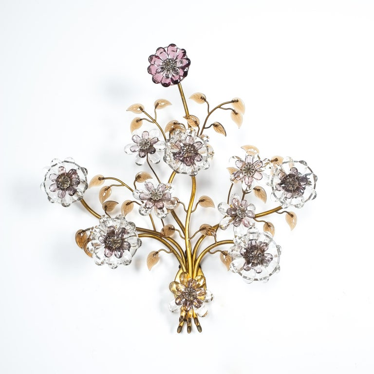 Great single Lobmeyr sconce, Austria, 1950. Very large fabulous wall light with numerous cut glass flowers, five of which are illuminated. The piece is in good and clean condition with no loss in material or other flaws.
