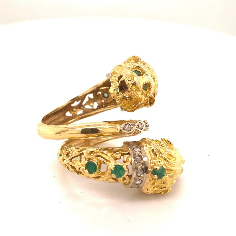 Greek Revival Greek Double Chimera Lion Head Emerald Diamond Filigree 18 Karat Gold Ring For Sale
