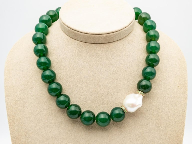 Green Agate Beads Necklace Accompanied by Baroque Pearl and 0.32 Ct of Tsavorite In New Condition For Sale In Vannes, FR