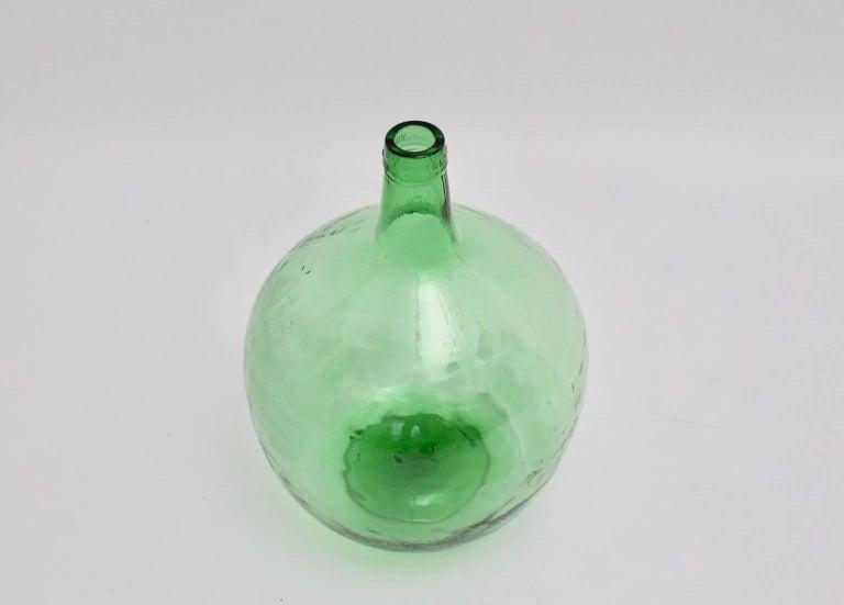 Emerald Green Art Deco Era Handblown Wine Bottle, 1920s, Austria In Good Condition For Sale In Vienna, AT