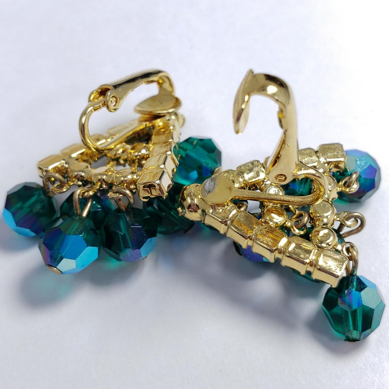 Green Dangling Cluster Crystal Clip on Earrings in Gold, 1900s In Good Condition For Sale In Milford, DE