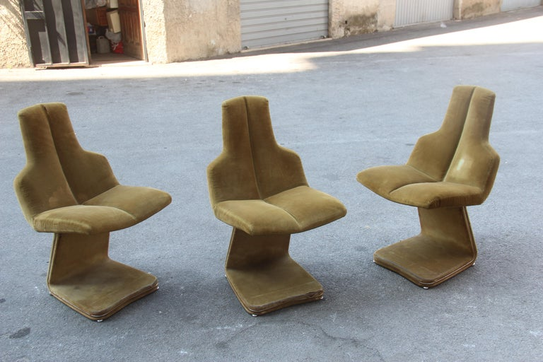Green velvet chairs French design 1970s, the fabric must be replaced.