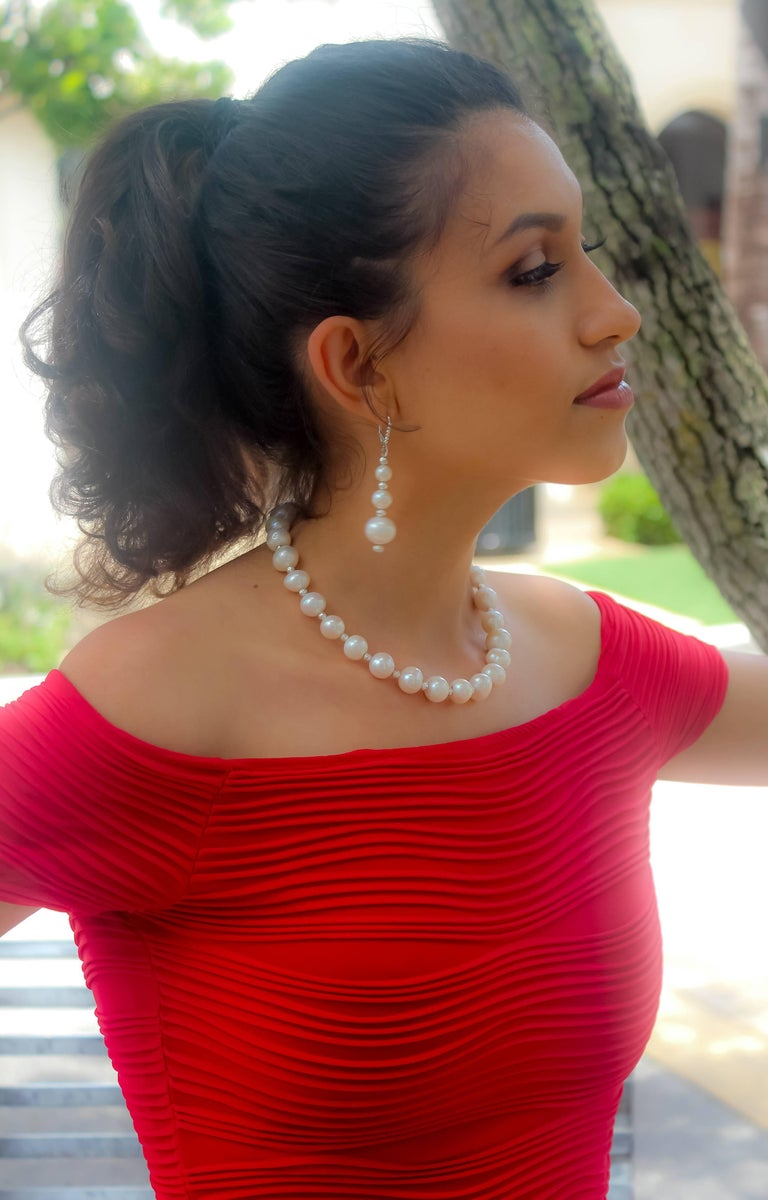 Grey and White Classic Pearl Necklace with Diamond Cut Beads For Sale 1