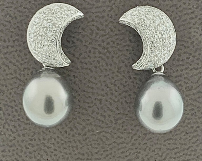 Grey Black Tahitian Cocktail Dangling Earrings with Diamonds 18 Karat White Gold In Excellent Condition For Sale In Scarsdale, NY