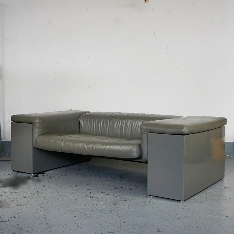 Iconic grey leather two-seat sofa brigadier designed by Cini Boeri for Knoll in 1977. The leather has a beautiful slight patina, the lacquered wood is in very good condition except one very small chip at the backside and please have a look at the