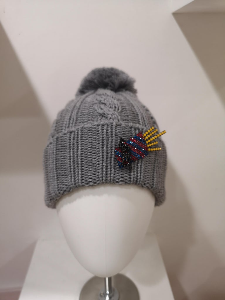 Grey wool fresh fries brooch hat In New Condition For Sale In Capri, IT