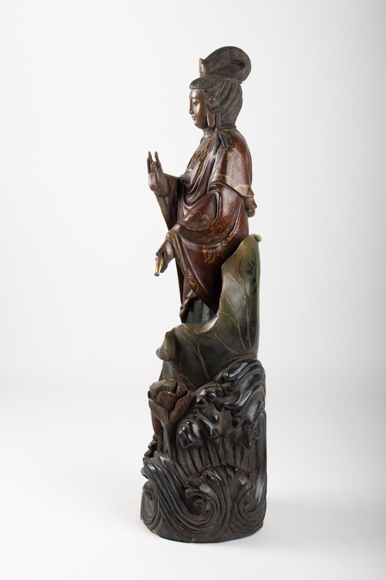 Guanyin in Carved Wood and Polichrome, China, Early 20th Century, Asian Art In Good Condition For Sale In Saint-Ouen, FR