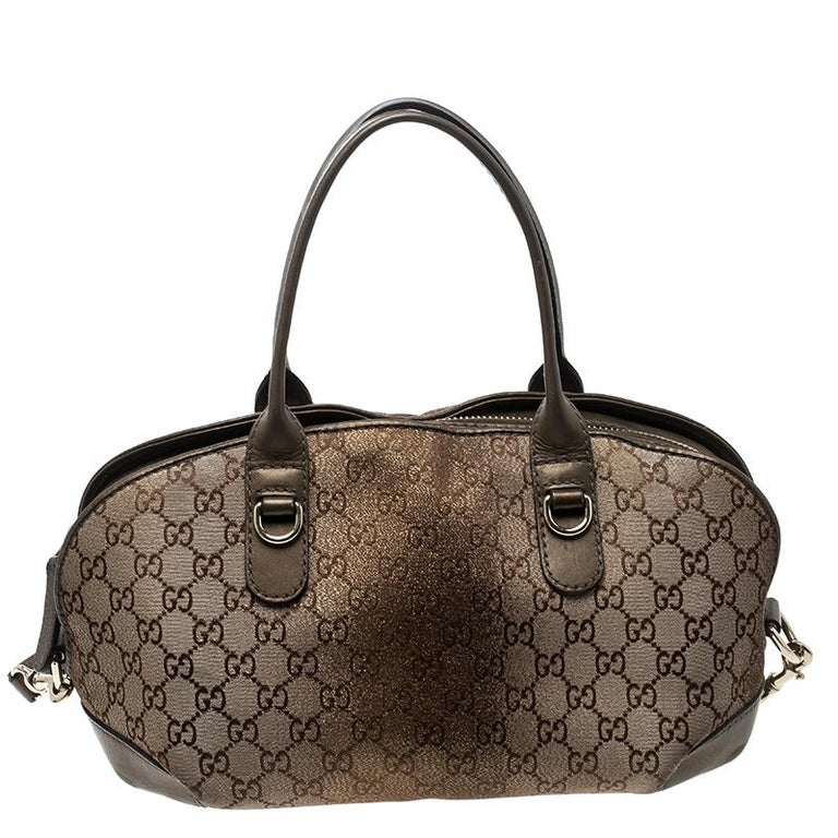 A number one with Gucci lovers, this piece is a stunner you must own. Crafted from GG canvas, this is a fashionable piece to add to your collection this season. It has two top handles, a shoulder strap and a heart charm with bamboo detailing. Even