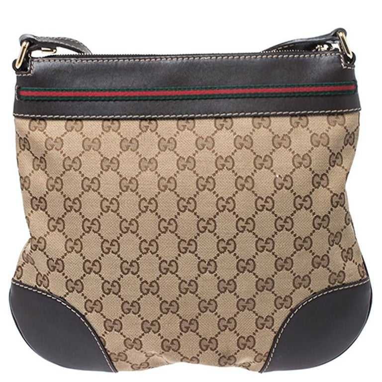 This Gucci handbag is a timeless piece that can last you season after season. Add some magic to your everyday attire with this super stylish and classy crossbody bag. Crafted from the brand's signature GG canvas and leather, it comes in lovely hues