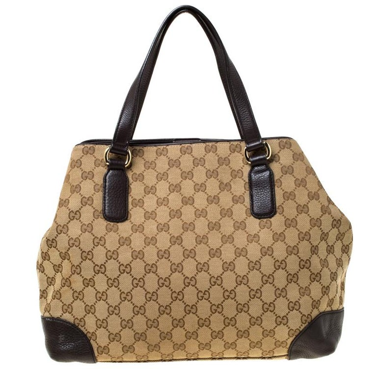 This Gucci creation will fetch you admiring glances as this tote is stylish and handy. The bag has been crafted from GG canvas and leather and is equipped with dual handles and the signature detailing on the front. The tote comes with a spacious