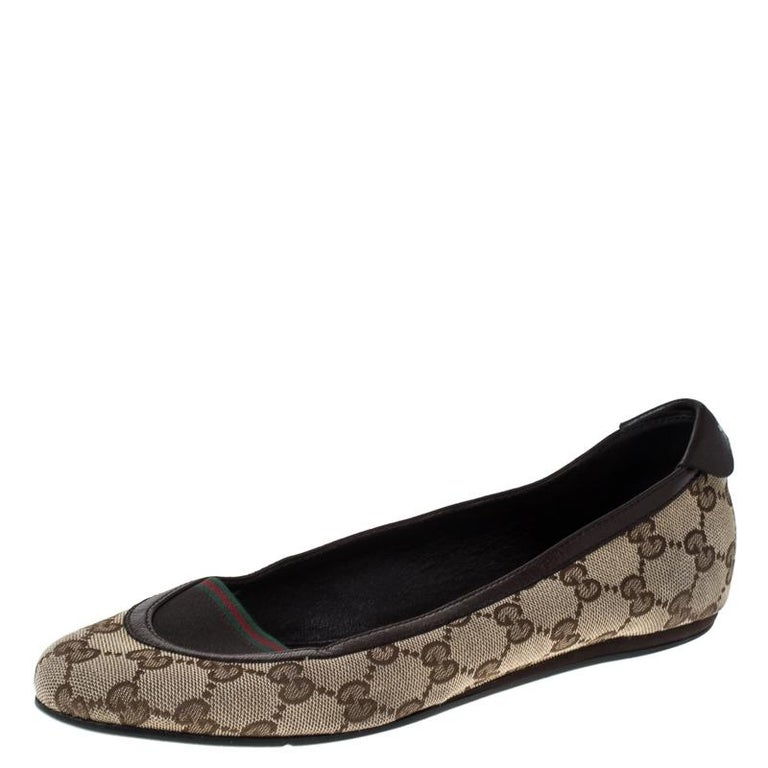 Let your feet do all the talking when you wear these Gucci ballet flats to an outing. Lined with leather, these would make you look the most fashionable in town. These casual shoes, made from GG canvas and leather are funky and stylish, designed