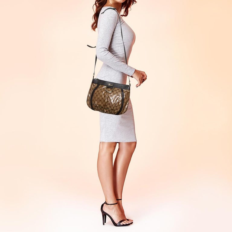 Gucci brings to you this Abbey bag that is smart and modern. Made in Italy, this beige and brown creation is crafted from Guccissima patent leather and features a single strap. The top zipper reveals a fabric-lined interior with enough space to hold
