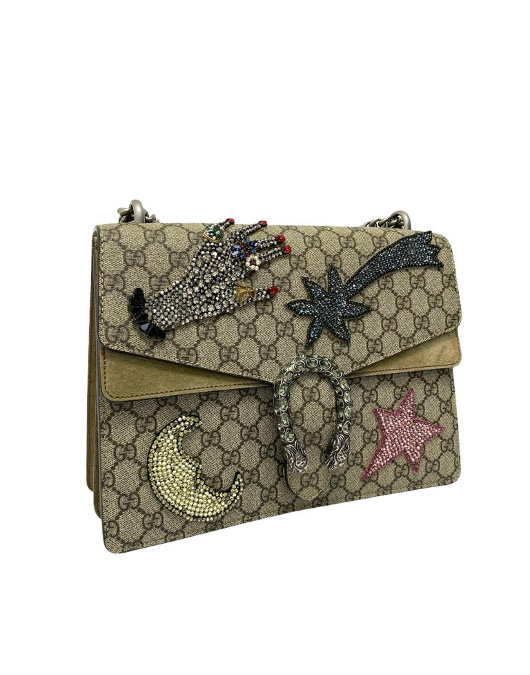 Gucci bag, Dionysus model, made of GG Supreme fabric with beige suede inserts and silver hardware. Equipped with an interlocking closure, internally lined in beige suede, very roomy. Equipped with a sliding chain shoulder strap, a back pocket