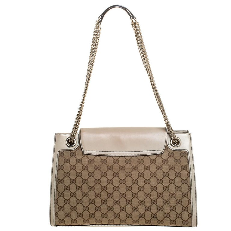 Gucci's handbags are not only well-crafted but they are also coveted because of their high appeal. This Emily Chain shoulder bag, like all of Gucci's creations, is fabulous and closet-worthy. It has been crafted from GG canvas as well as leather and