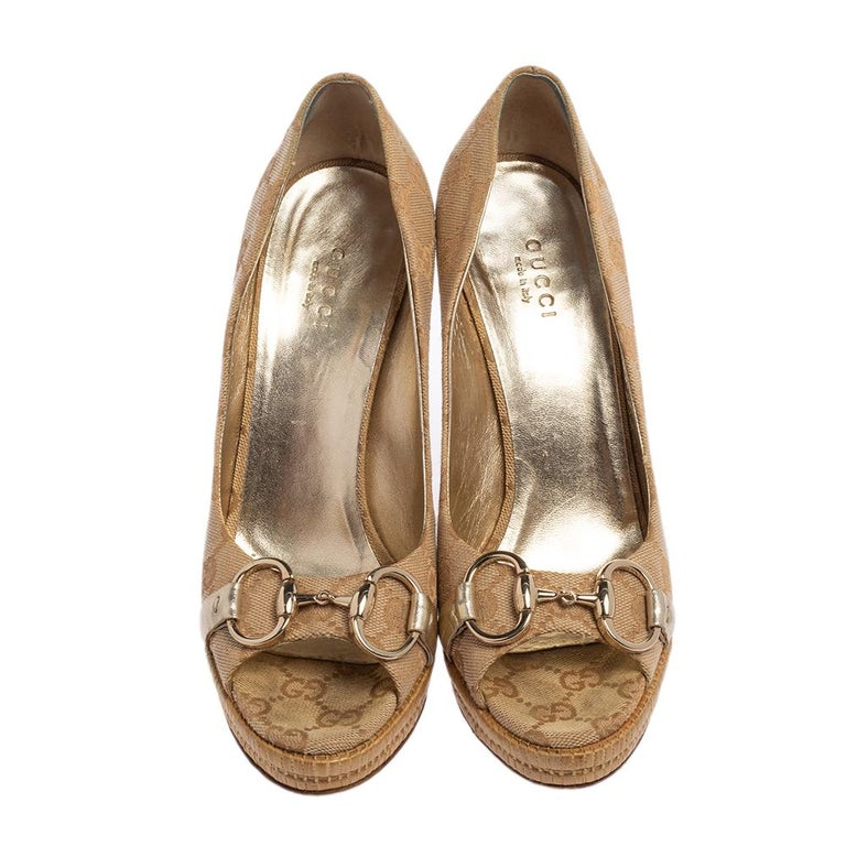 Finesse and poise will all come naturally to you when you step out in this pair of beige pumps from Gucci. Crafted from GG Canvas, the peep-toe pumps have been styled with comfortable insoles, 12 cm heels with platforms, and the iconic Horsebit