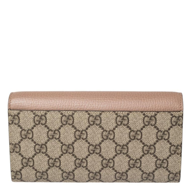 Carry your essentials effortlessly in this sturdy Gucci wallet. This wallet is a suave creation crafted from GG Supreme canvas and leather. It comes with a logo-accented flap that opens to a well-compartmentalized interior for your monetary