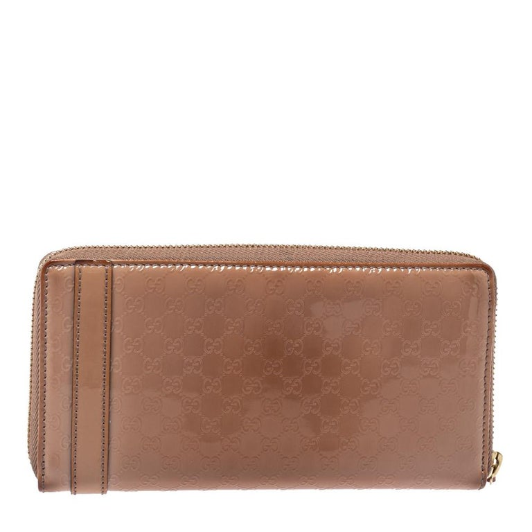 This wallet from Gucci is one simple creation you must own. It has been crafted from microguccissima patent leather and it flaunts a beige shade. It also comes equipped with a zip closure that opens to reveal multiple card slots, open compartments,