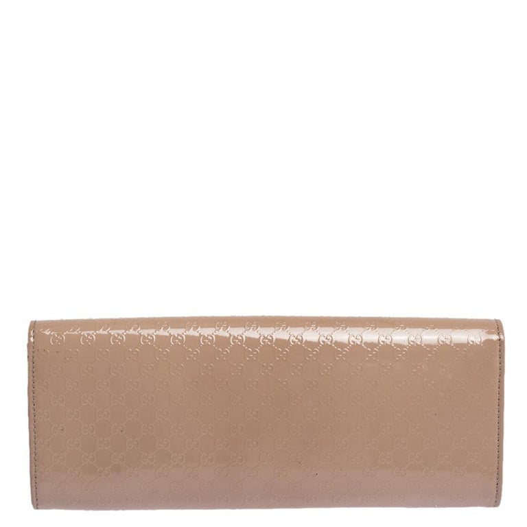 It is so easy to fall in love with this clutch from Gucci. Beige in color and stunning in appeal, this creation will be a fantastic addition to your closet. Meticulously crafted from Microguccissima patent leather, this Broadway clutch comes styled