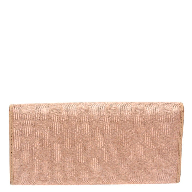 A Gucci continental wallet is just what you need to own. It has been crafted from GG canvas as well as leather and styled with a GG heart. It comes with a leather and nylon-lined interior that has multiple card slots, a zipped coin pocket and an
