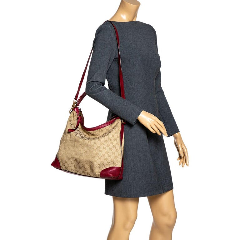 This Miss GG hobo bag is stylish and comes with a signature appeal. Gucci brings you this functional and timeless design. Crafetd form GG canvas and leather, it carries beige & red hues. It has a single handle, logo detailing on the handle, zip
