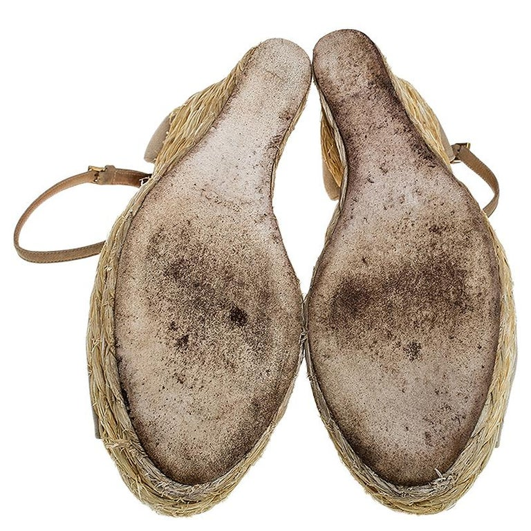 Gucci Beige Suede Raffia Wedge Peep Toe Ankle Strap Sandals Size 39 In Good Condition For Sale In Dubai, Al Qouz 2