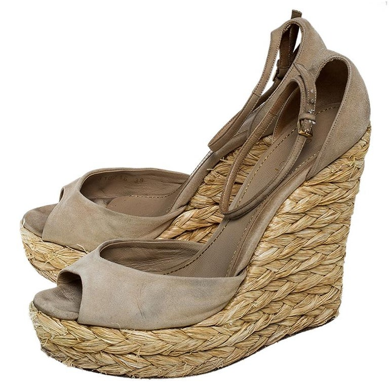Gucci Beige Suede Raffia Wedge Peep Toe Ankle Strap Sandals Size 39 For Sale 2