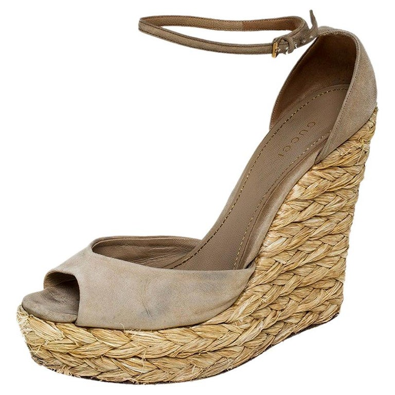 Gucci Beige Suede Raffia Wedge Peep Toe Ankle Strap Sandals Size 39 For Sale