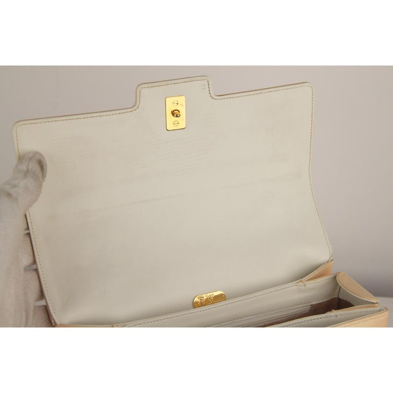 Gucci Beige Textured Leather Handbag with Lucite Handle For Sale 4