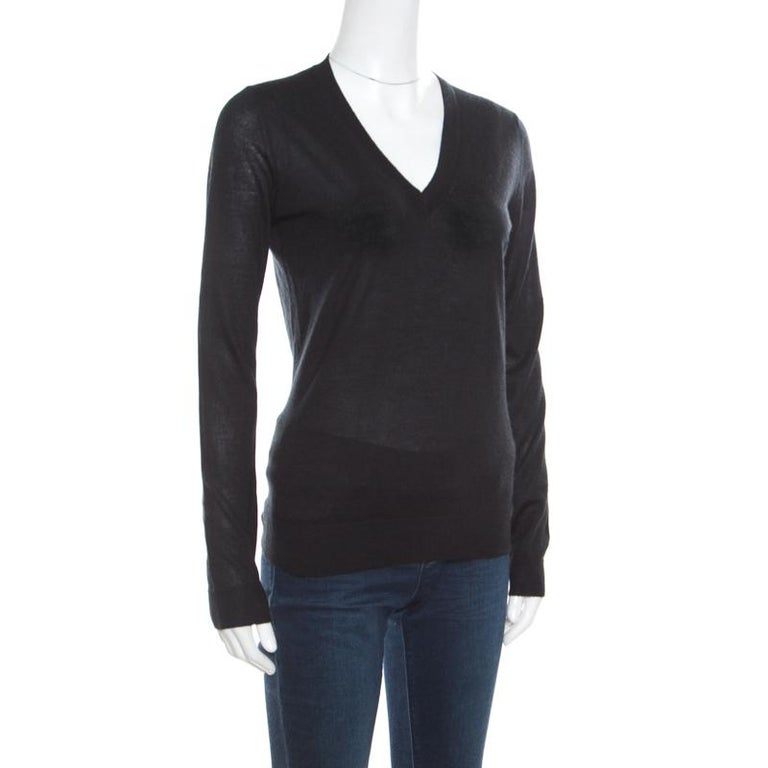 Plush and warm, this sweater by Gucci is made from a blend of silk and cashmere. It is styled with long sleeves and a V-neckline. Fine knitting and a classic black hue complete this sweater with a subtle charm. Nail a super style look by pairing