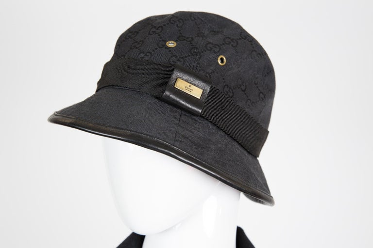 Gucci Black cotton bucket hat cap featuring a logo pattern, emblematic House codes, a black grosgrain detail and a black leather finishing. Estimated size S    In good vintage condition. Made in Italy. We guarantee you will receive this gorgeous