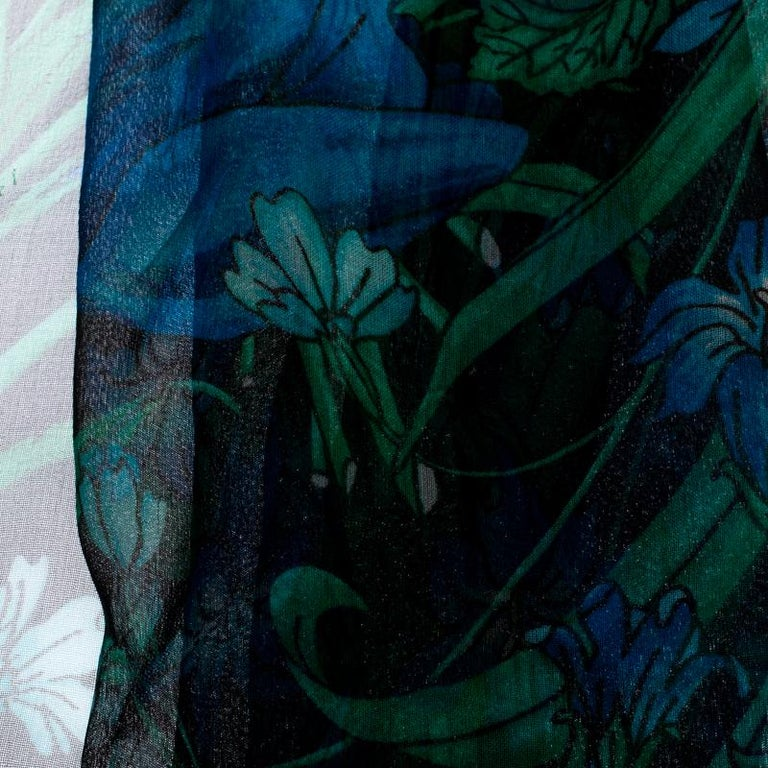 Gucci Black Floral Print Silk Fringed Scarf In Good Condition For Sale In Dubai, Al Qouz 2