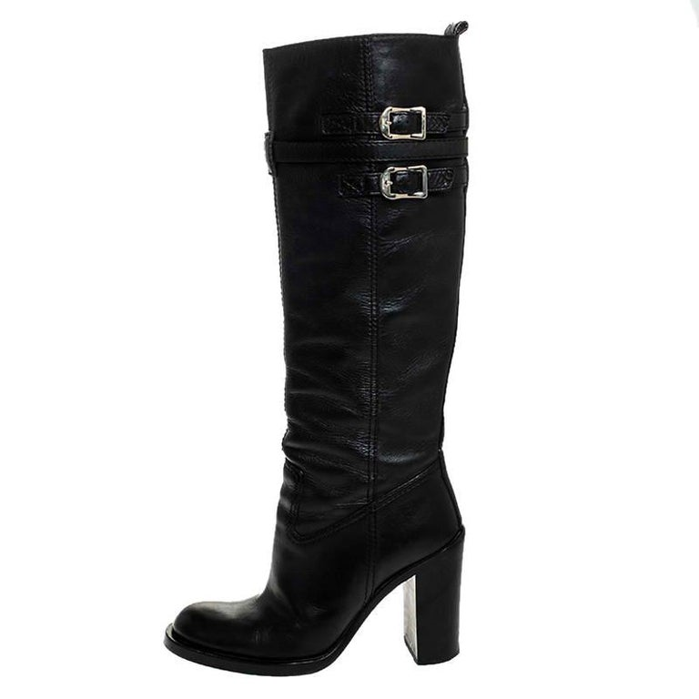 These stunning boots by Gucci exude sophistication and deliver comfort. Crafted in Italy, they are made from quality leather and come in a classic shade of black. The exterior of these knee-length boots is made interesting with gold-tone buckle