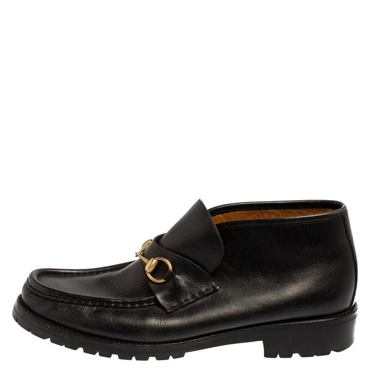 Exquisite and well-crafted, these Gucci loafers are worth owning. They have been crafted from leather and they come flaunting a classy black shade with the signature Horsebit accents on the vamps. Endowed with comfortable insoles, the loafers are