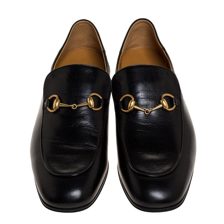 The Jordaan is a shoe that has a modern finish and a signature appeal. It has an elongated toe and the Gucci Horsebit motif gracing the uppers. This pair in black is crafted from quality leather and sewn with utmost care to envelop your feet with