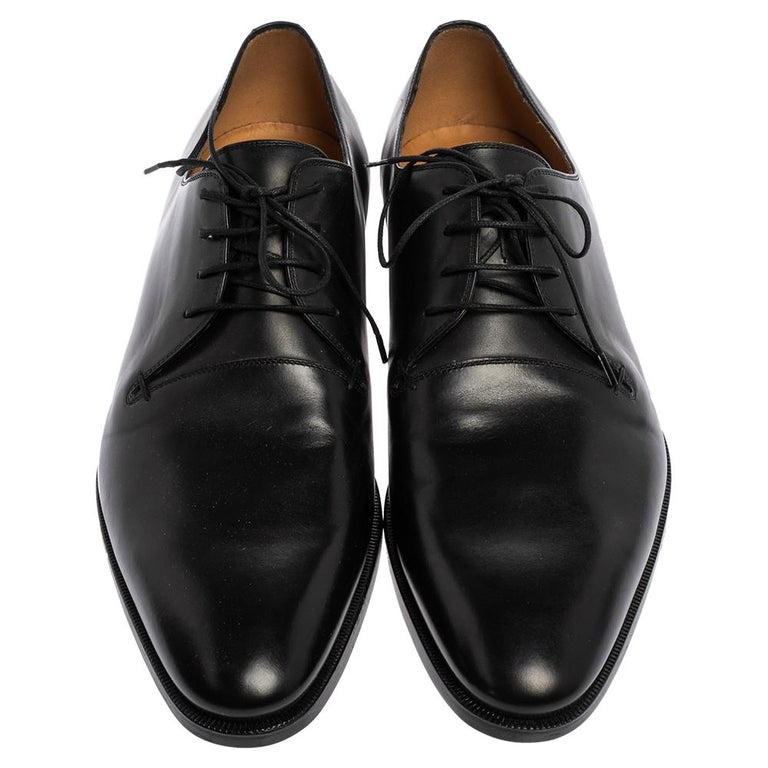 These derby shoes from Gucci are sure to make you look smart and very cool. Crafted from leather, they flaunt almond toes and lace-ups on the vamps. They are equipped with leather-lined insoles and durable soles. With maximum comfort and oodles of
