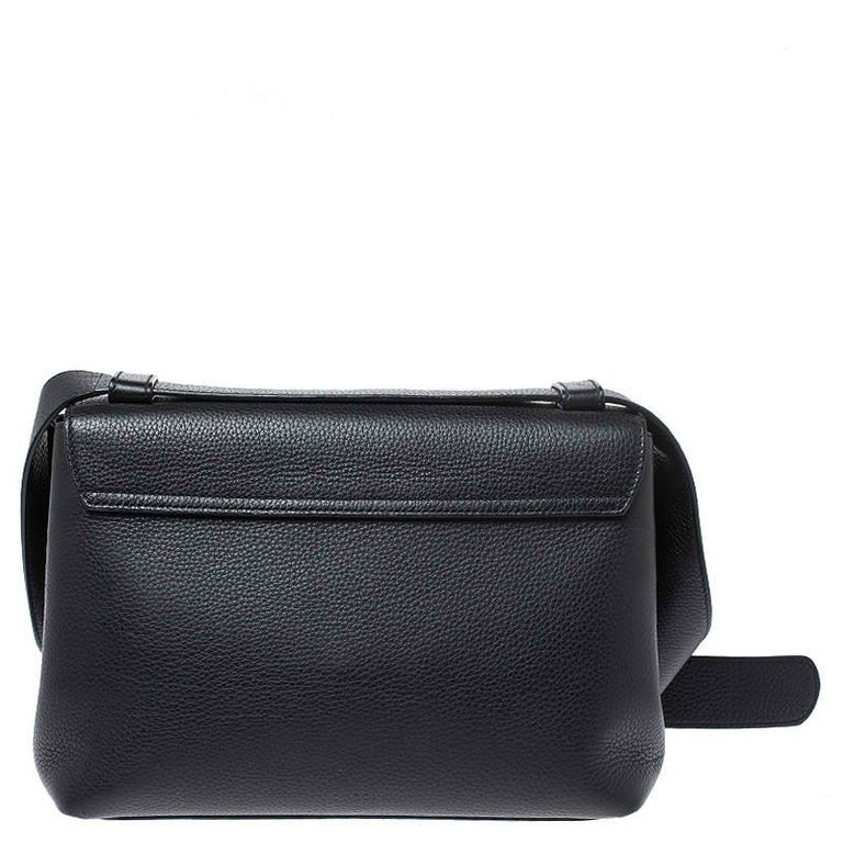 The Marmont bag has been exquisitely crafted from leather and equipped with a well-sized fabric interior. On the front flap, there is a GG logo and the shoulder strap is provided for you to swing the bag. In every stride, swing, and twirl your