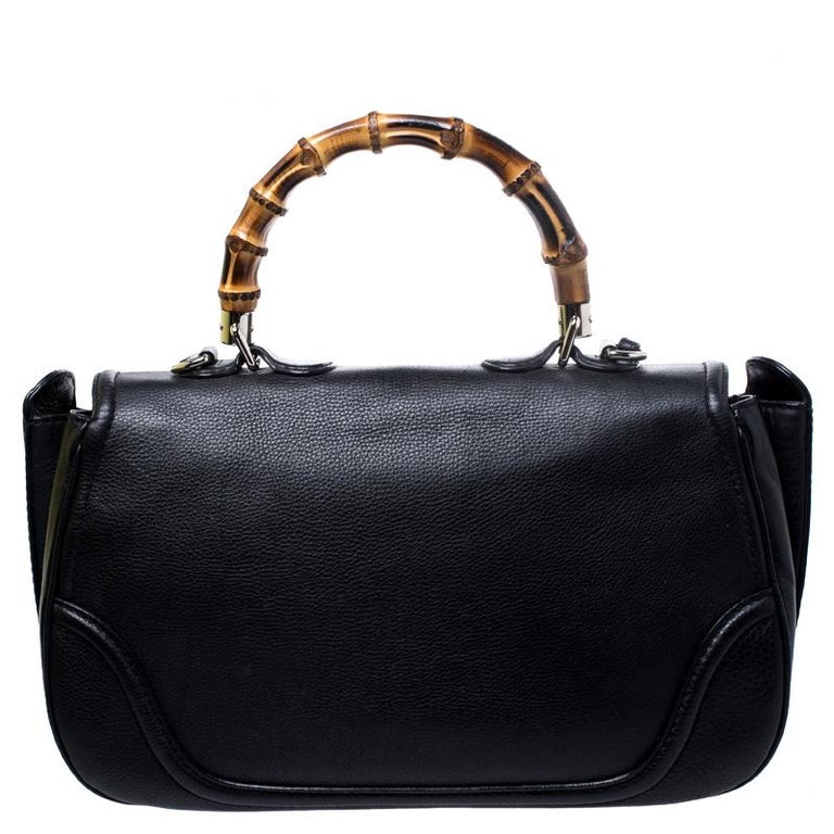 This Gucci bag combines style and elegance into the ultimate everyday bag. Crafted from leather, it is accented with the signature bamboo top handle. Secured with a bamboo lock closure, the interior is lined with canvas and has one zipped pocket.
