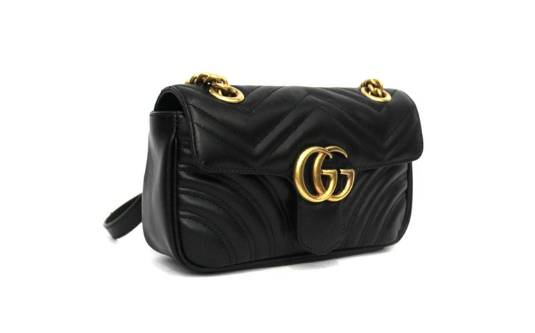 Gucci bag Marmont line measuring 22 centimeters, made of black leather with golden hardware. Closure with classic GG logo, internally roomy for the essentials. Equipped with adjustable leather and chain shoulder strap. The bag is in excellent