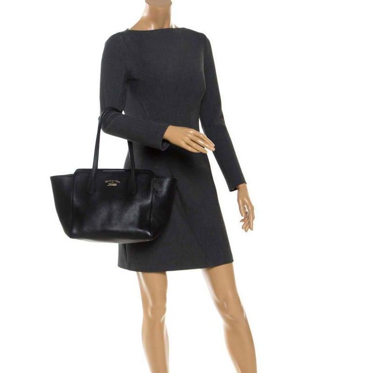 Gucci Black Leather Small Swing Tote In Good Condition For Sale In Dubai, Al Qouz 2