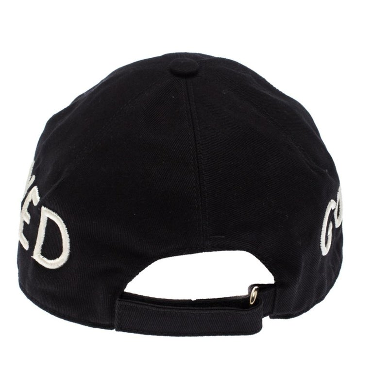 Baseball caps are an ideal style statement with casual outfits. Made fabulously, this black Gucci piece features the word