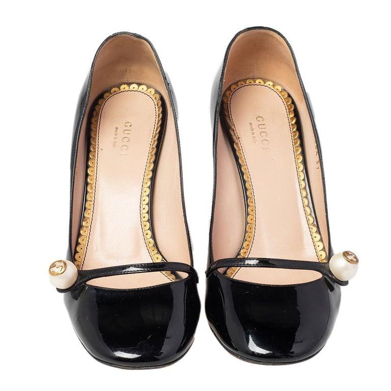 Gucci Black Patent Leather Arille Pearl Pumps Size 37 In Good Condition For Sale In Dubai, Al Qouz 2