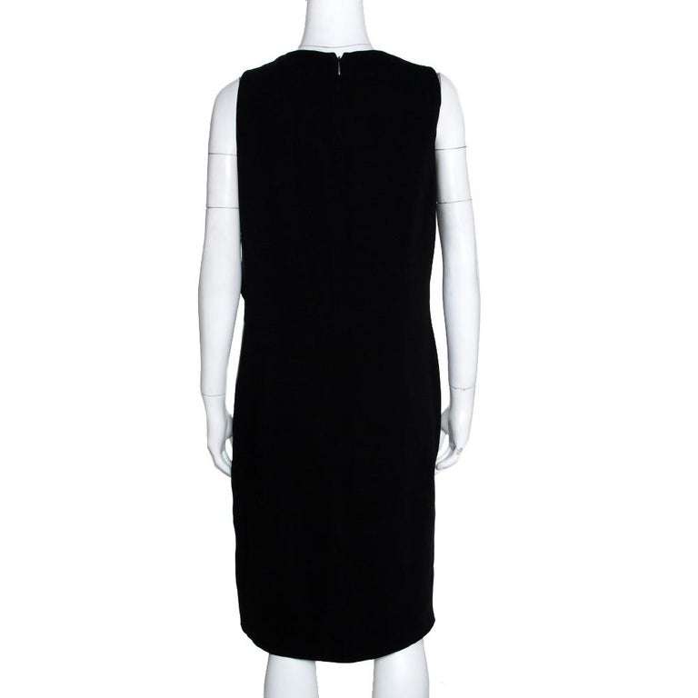 Choose this elegant dress from Gucci for an upcoming occasion and have all eyes on you. Dress up in this gorgeous black dress, designed just for you. Masterfully made in silk this sleeveless dress is styled with a keyhole neckline, gold-tone