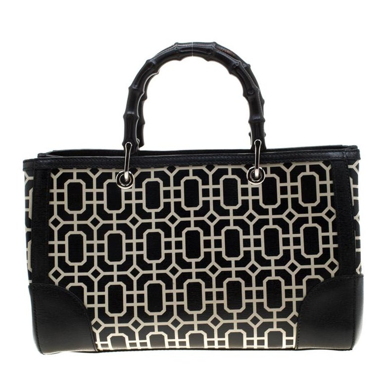 Handbags as fabulous as this one are hard to come by. So, own this gorgeous Gucci tote today and light up your closet! Crafted from leather, this stunning number is adorned in a black white print all over the exterior. It has a spacious canvas