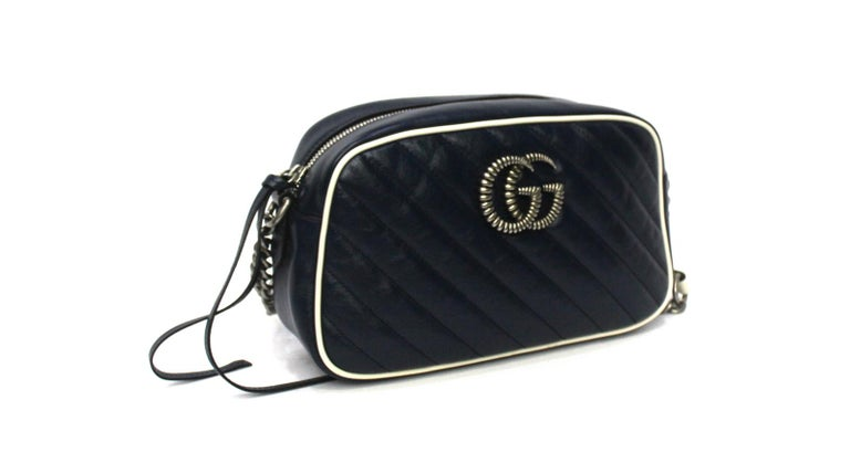 Gucci Marmont line bag in blue leather with silver hardware. Equipped with adjustable leather shoulder strap and chain. Zip closure, internally very large. The bag is in excellent condition, equipped with its original dustbag. Don't miss it.