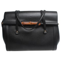 Gucci Borsa New Bullet Shanghai with bamboo detail and embossed Gucci logo.