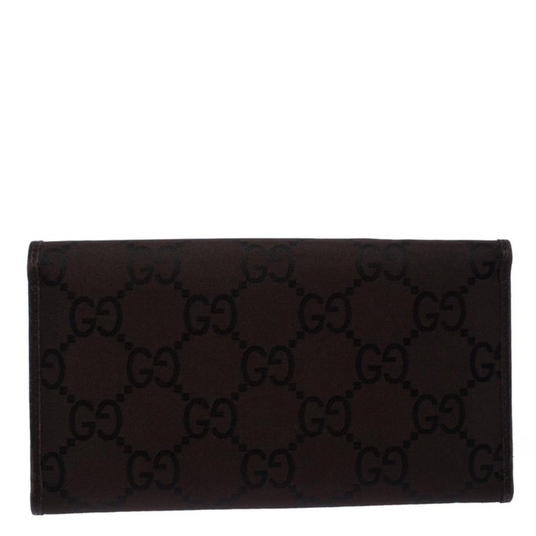 Bringing elegance and class to your pocket, this continental wallet from Gucci is stylish and convenient. Featuring a smart brown GG fabric exterior, this wallet is a fabulous accessory. The leather interior is equipped with several slots and